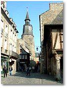 Ville médiévale avec son port, son centre historique, son château
